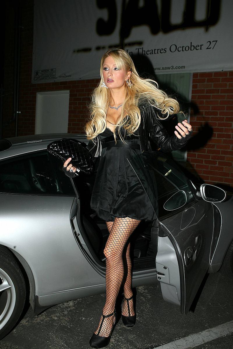 Paris Hilton con Super Bra y medias de malla