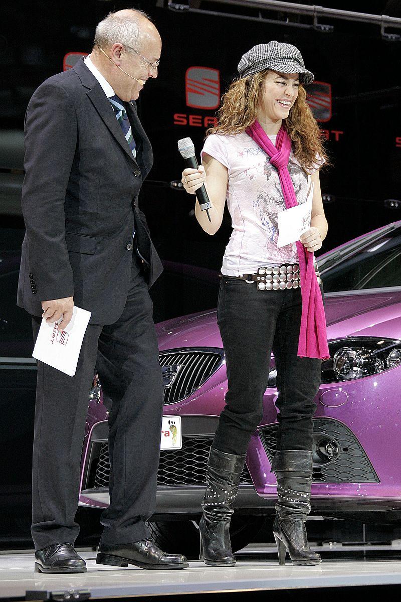 Shakira con el presidente de la SEAT en el 77 Salón del Automóvil de Ginebra