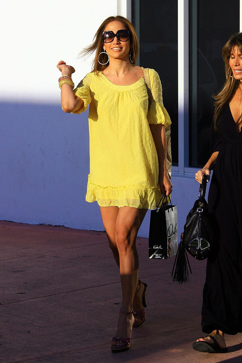 Jennifer Lopez saliendo de una peluqueria en Miami