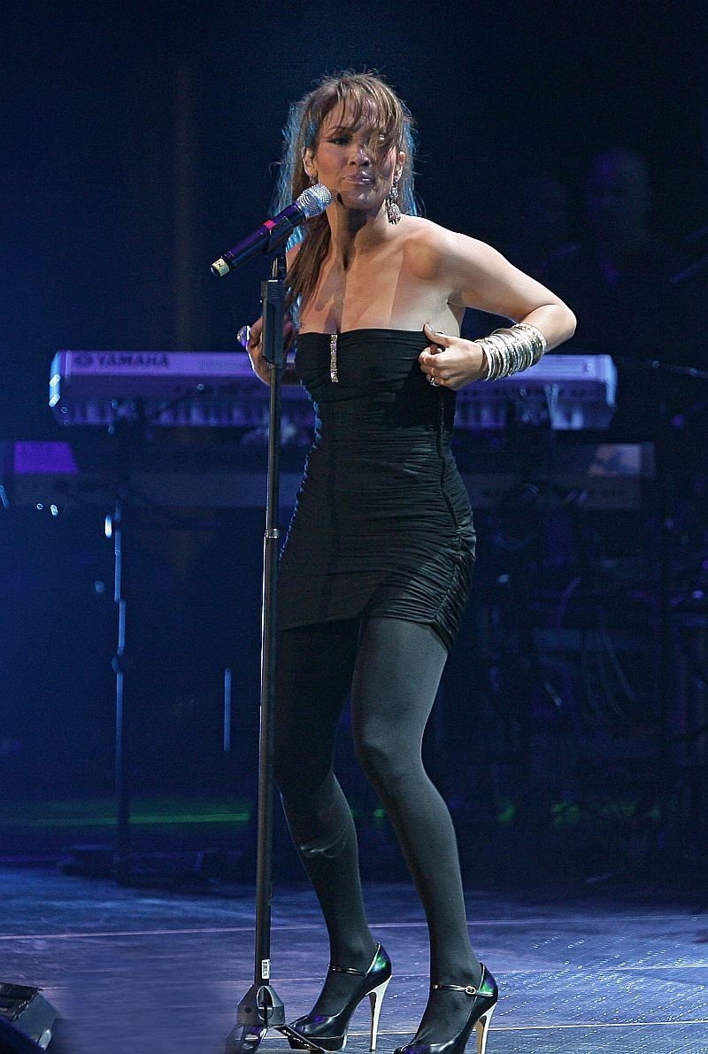 Jennifer Lopez cantando en el concierto de 106.7 Viva Romance en Miami
