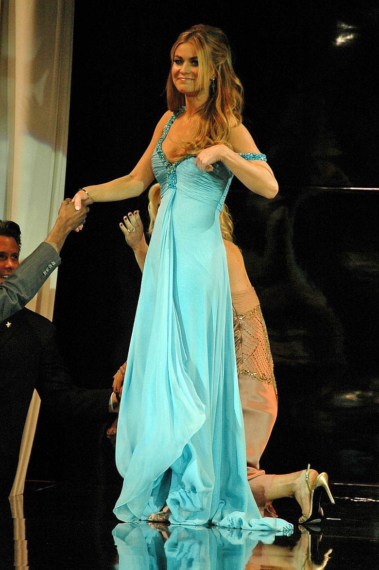 Carmen Electra levanandose luego del bollo…