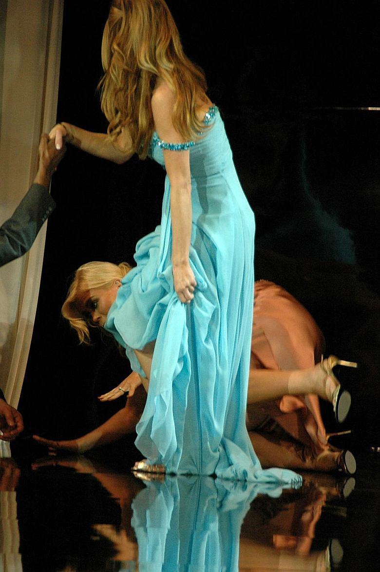 Carmen Electra levantandose…