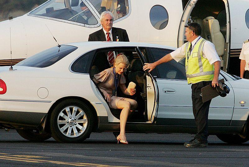 Nicole Kidman yéndose de Canberra